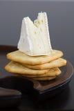 Cuña del queso del brie en las galletas de la mantequilla Imágenes de archivo libres de regalías