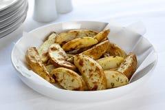 Cuñas cocidas al horno horno de la patata Fotografía de archivo libre de regalías