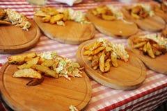 Cuñas cocidas de la patata con la ensalada fotografía de archivo libre de regalías