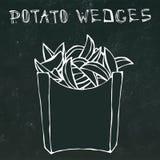 Cuñas de la patata en la caja de papel Fried Potato Fast Food en un paquete Bosquejo dibujado mano realista del estilo del garaba Imagen de archivo libre de regalías