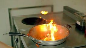 CU: Пирофакел свежих овощей вверх в сковороде Повар добавляет к сковороде другой болгарский перец, стручковую фасоль сток-видео