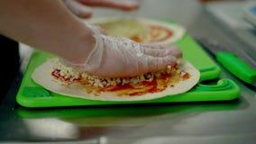 CU: Повар подготавливает вок, кладет сыр на красный соус сток-видео