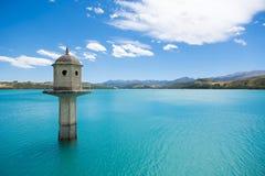 Céu azul do whit da represa Imagens de Stock