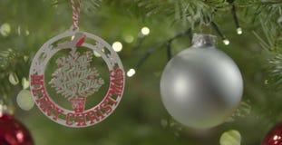 CU das decorações na árvore de Natal vídeos de arquivo
