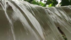 CU del ángulo bajo de una pequeña cascada artificial en Asia sudoriental tropical almacen de video