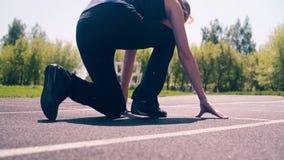 CU : Jeune fille, physique sportif, au stade Elle va à la ligne de début banque de vidéos