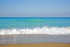 Céu, mar, ondas e praia arenosa. Imagens de Stock