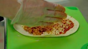 Cu, movimento lento: il cuoco prepara il kebab mette gli ingredienti - pollo fritto, formaggio, maionese archivi video