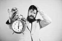Cu?nta hora se fue hasta plazo Hora de trabajar Reloj agotador barbudo del control del hombre de negocios del hombre Concepto de  imagen de archivo