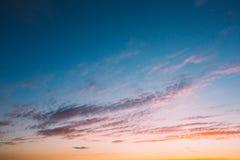 Céu, por do sol brilhante do azul, o alaranjado e o amarelo das cores Imagem de Stock