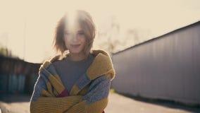 Cu: Portret van jong mooi meisje, tegen de zon stock videobeelden