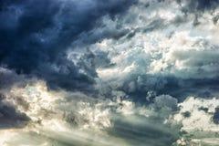 Céu tormentoso dramático, cena natural Imagens de Stock