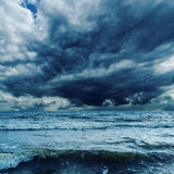 Céu tormentoso sobre o mar escuro Imagens de Stock