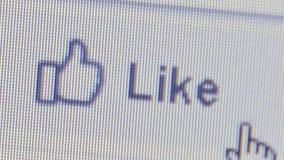 CU użytkownika chodzenia ręki ikony kursor klikać dalej Facebook ` Lubi ` ikonę zbiory wideo