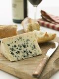 Cuña del queso del Roquefort con el Baguette rústico Imagenes de archivo