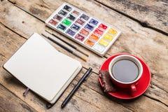 Cuaderno abierto con las pinturas del watercolour fotos de archivo libres de regalías