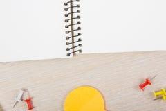 Cuaderno abierto del espacio en blanco blanco Escritorio de la tabla de la oficina con el sistema de fuentes coloridas, taza, plu Fotografía de archivo libre de regalías