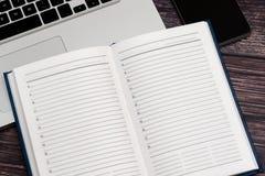 Cuaderno abierto del negocio para los acontecimientos y las reuniones importantes del expediente con los socios comerciales imagen de archivo