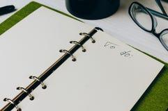 Cuaderno abierto en el primer de la tabla imagen de archivo