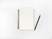 Cuaderno abierto y lápiz de la visión superior en conserva Fotografía de archivo