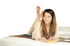 Cuaderno adolescente asiático hermoso de la sonrisa Imágenes de archivo libres de regalías