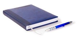 Cuaderno azul y pluma azul Fotografía de archivo libre de regalías