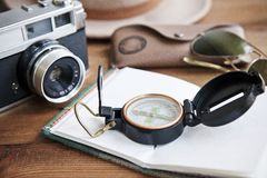 Cuaderno, cámara del vintage, compás, gafas de sol y sombrero Fotos de archivo libres de regalías