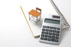 Cuaderno, calculadora, lápiz y escritorio miniatura Imagen de archivo
