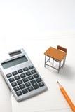 Cuaderno, calculadora, lápiz y escritorio miniatura Fotos de archivo