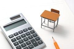 Cuaderno, calculadora, lápiz y escritorio miniatura Fotografía de archivo