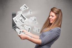 Cuaderno casual del holdin de la mujer joven y lectura del explosivo nuevo Imagen de archivo libre de regalías