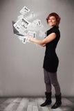Cuaderno casual del holdin de la mujer joven y lectura del explosivo nuevo Foto de archivo libre de regalías