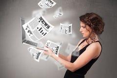 Cuaderno casual del holdin de la mujer joven y lectura del explosivo nuevo Fotografía de archivo libre de regalías