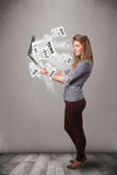 Cuaderno casual del holdin de la mujer joven y lectura del explosivo nuevo Foto de archivo