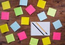 Cuaderno coloreado caótico de las etiquetas engomadas y dos lápices Fotografía de archivo