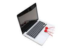 Cuaderno con dos corazones rojos de la felpa en el teclado Foto de archivo