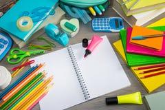 Cuaderno con efectos de escritorio coloridos Foto de archivo