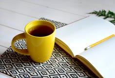 Cuaderno con el lápiz amarillo y helecho en el fondo blanco imágenes de archivo libres de regalías