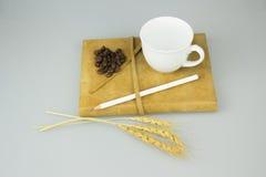 Cuaderno con el lápiz y la taza de fondo del aislante del café imagen de archivo libre de regalías