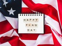 Cuaderno con enhorabuena el día de la bandera fotos de archivo