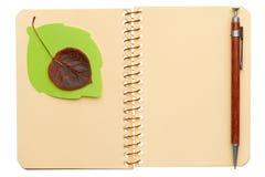 Cuaderno con la hoja Imágenes de archivo libres de regalías