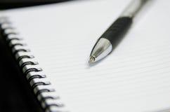 Cuaderno con la pluma Imagenes de archivo