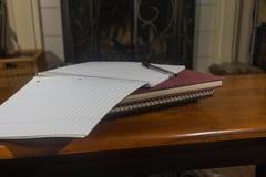 Cuaderno con la pluma abierta Fotos de archivo