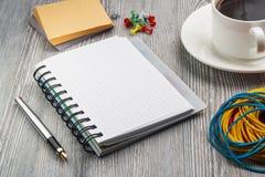 Cuaderno con la pluma en una tabla rústica vieja Botones alrededor del cuaderno Imagen de archivo