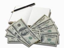 Cuaderno con la pluma negra y 100 billetes de banco del dólar Imágenes de archivo libres de regalías