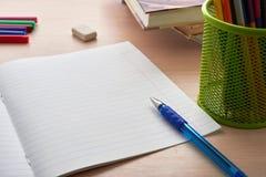 cuaderno con la pluma y los lápices coloreados Fotos de archivo