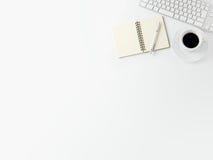 Cuaderno con la taza de café y de libreta con la pluma o Imagen de archivo