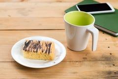 Cuaderno con la taza y la torta de café Fotos de archivo libres de regalías