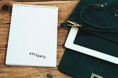 Cuaderno con las páginas en blanco con el bolso y la tableta femeninos Fotos de archivo libres de regalías