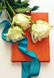 Cuaderno con las rosas blancas como regalo Imagenes de archivo